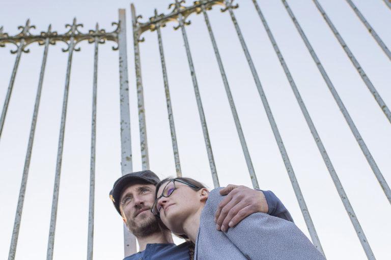 portrait couple devant une grille de château