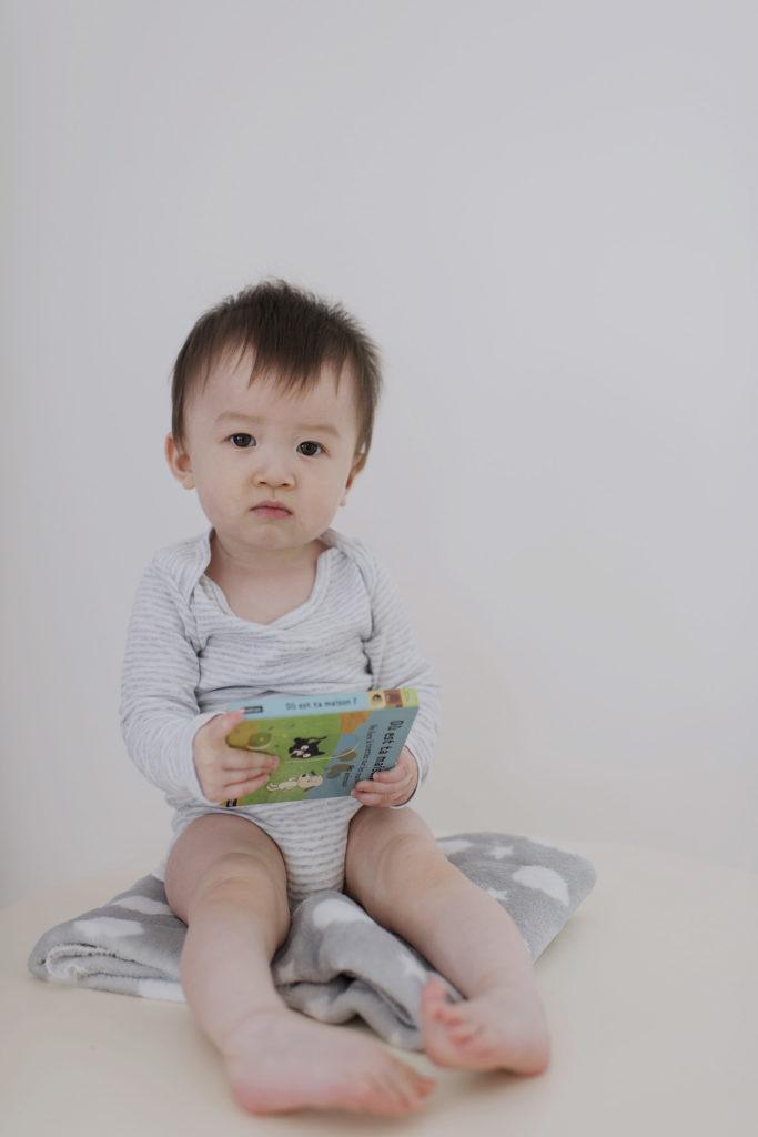 bébé garçon assis
