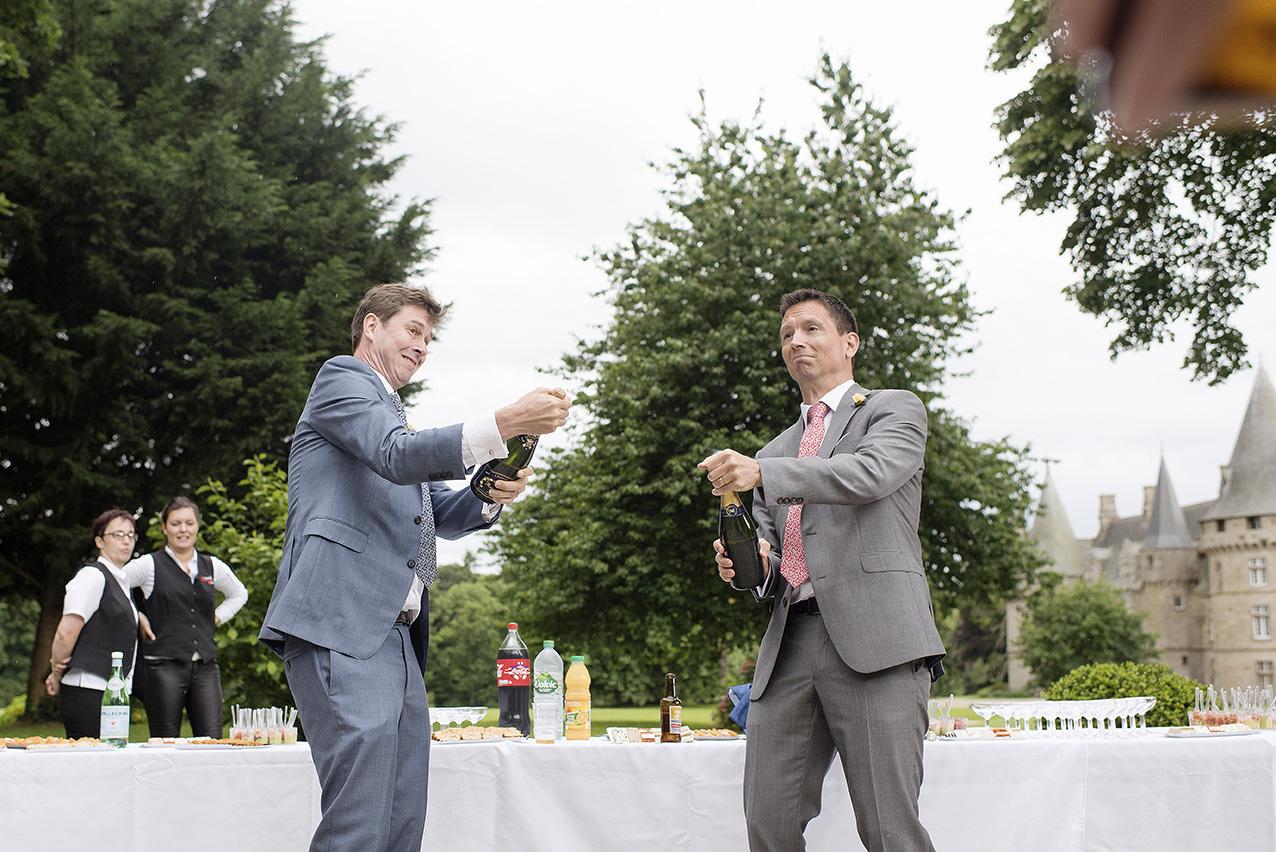 mariés ouvrant le champagne lors du vin d'honneur