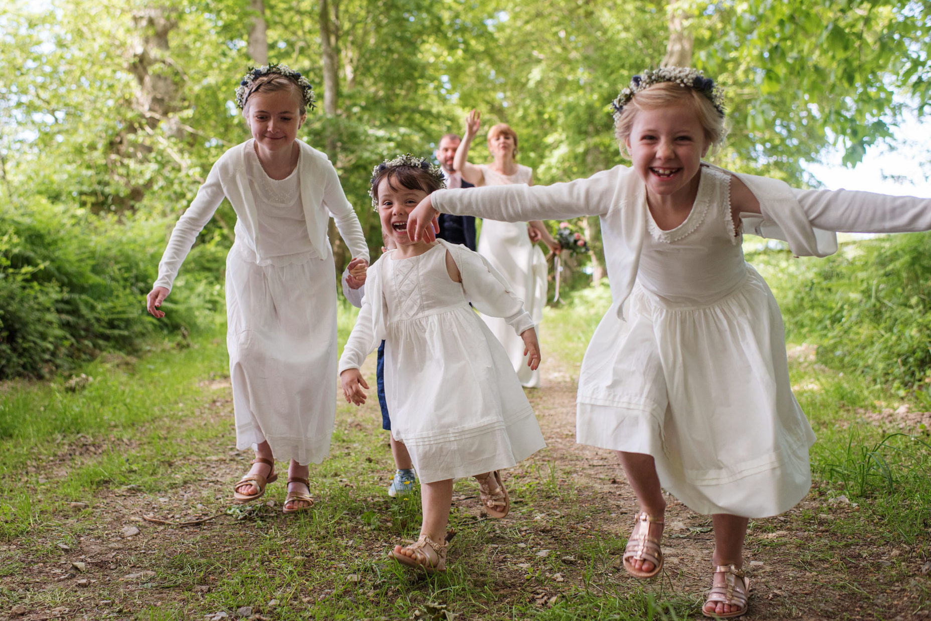 enfants en blanc dans un mariage