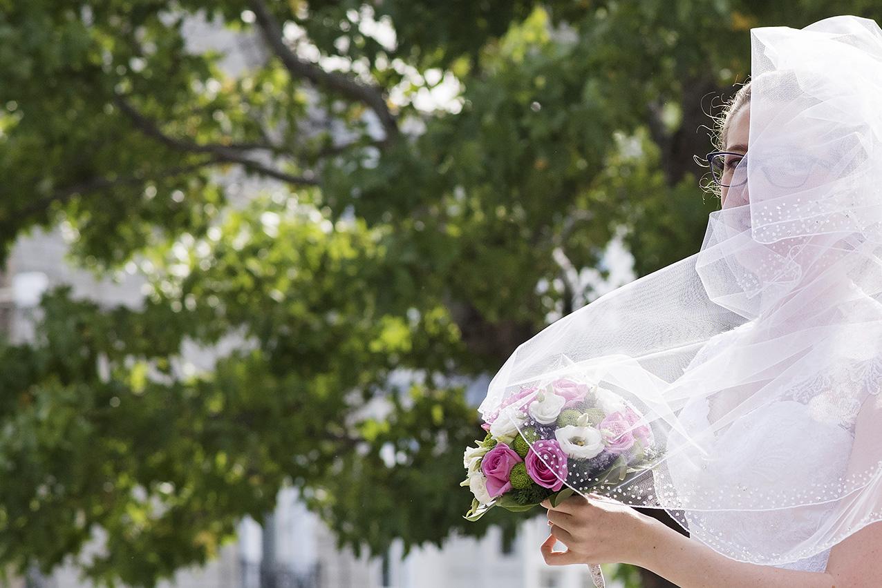 mariées avec voile recouvrant son visage dans le vent