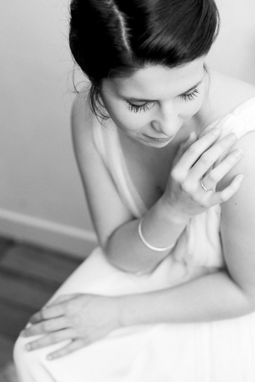portrait de mariée assise en noir et blanc