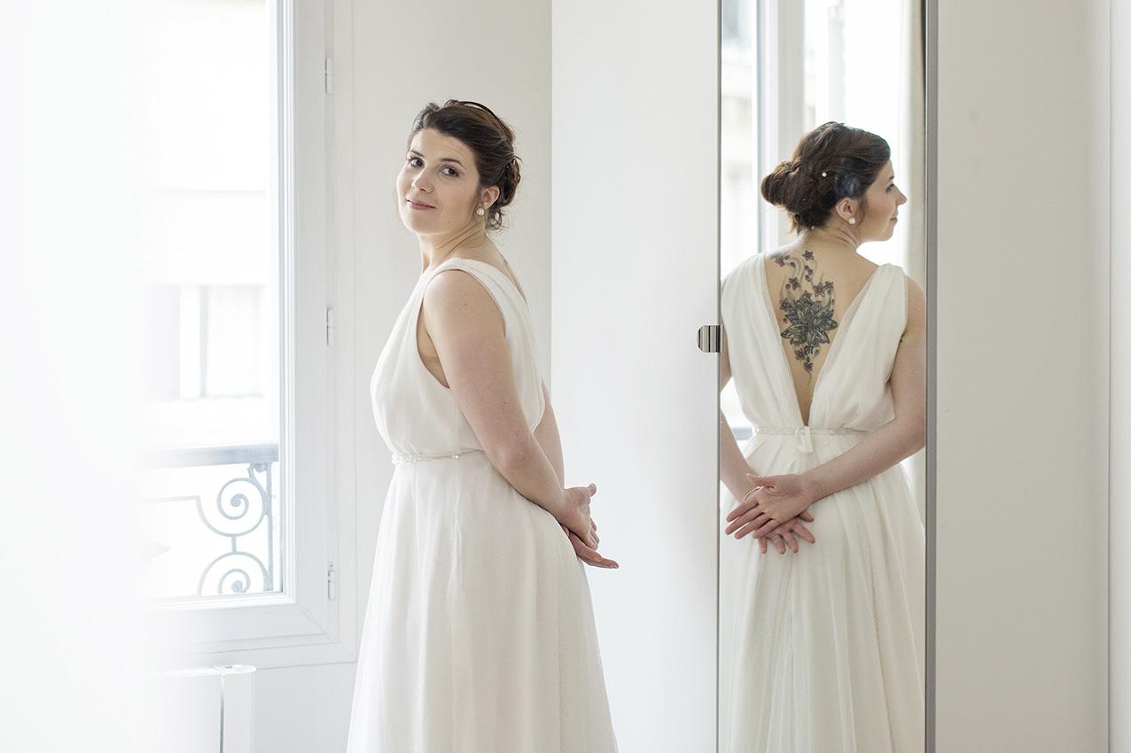portrait de la mariée à la fenêtre avec reflet dans un miroir