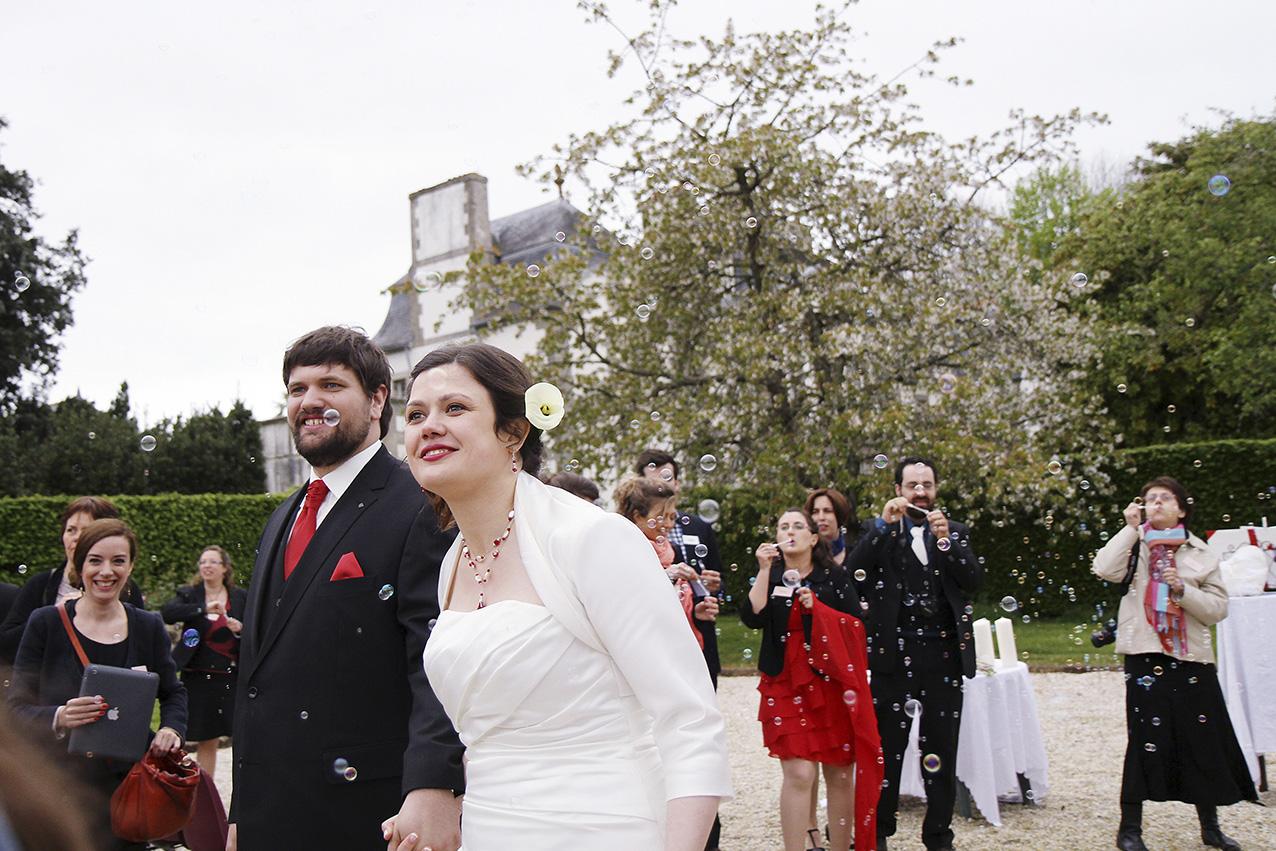 mariés à la fin de la cérémonie laïque sous les bulles de savon