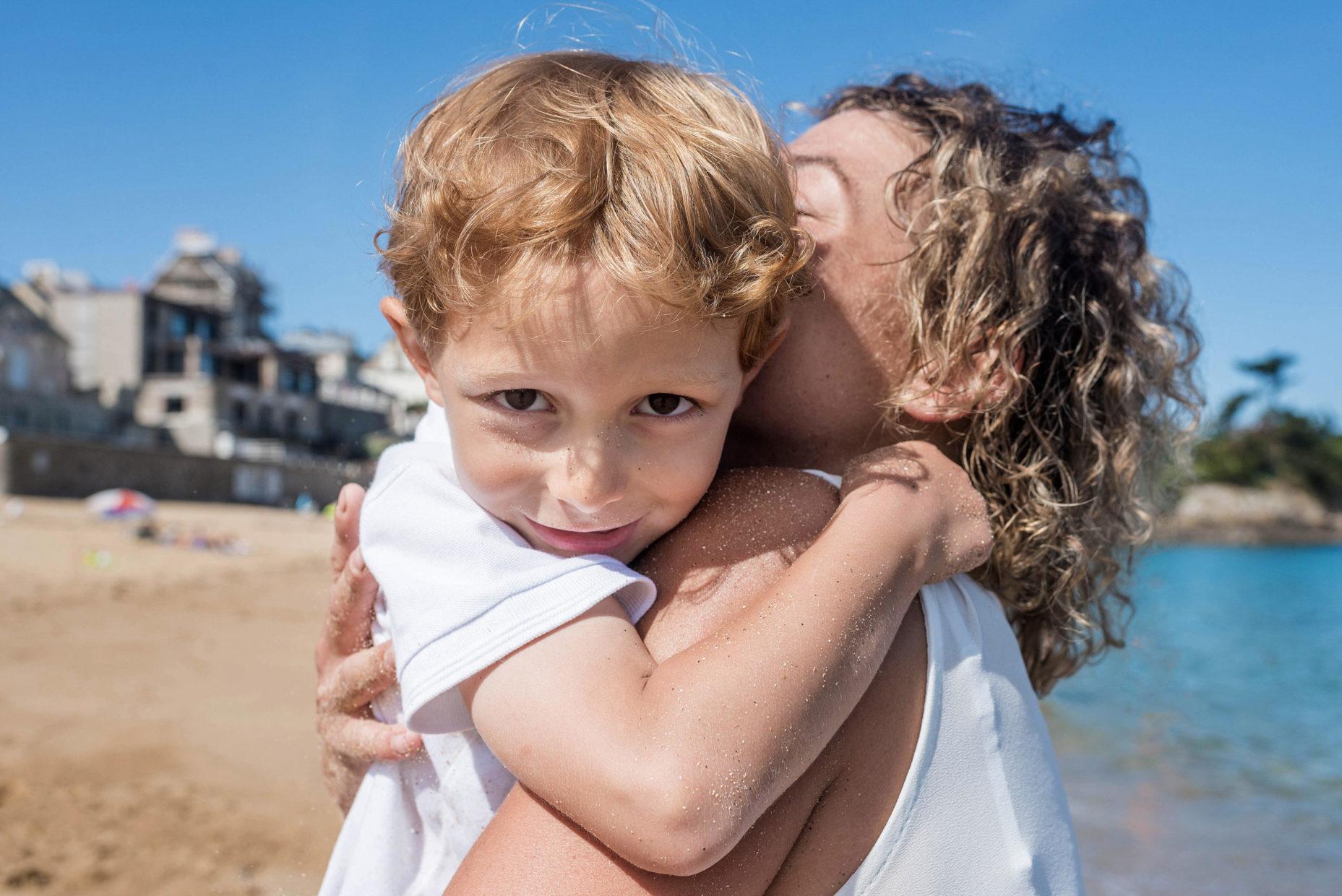 câlin en image d'une mère et son fils dans les bras