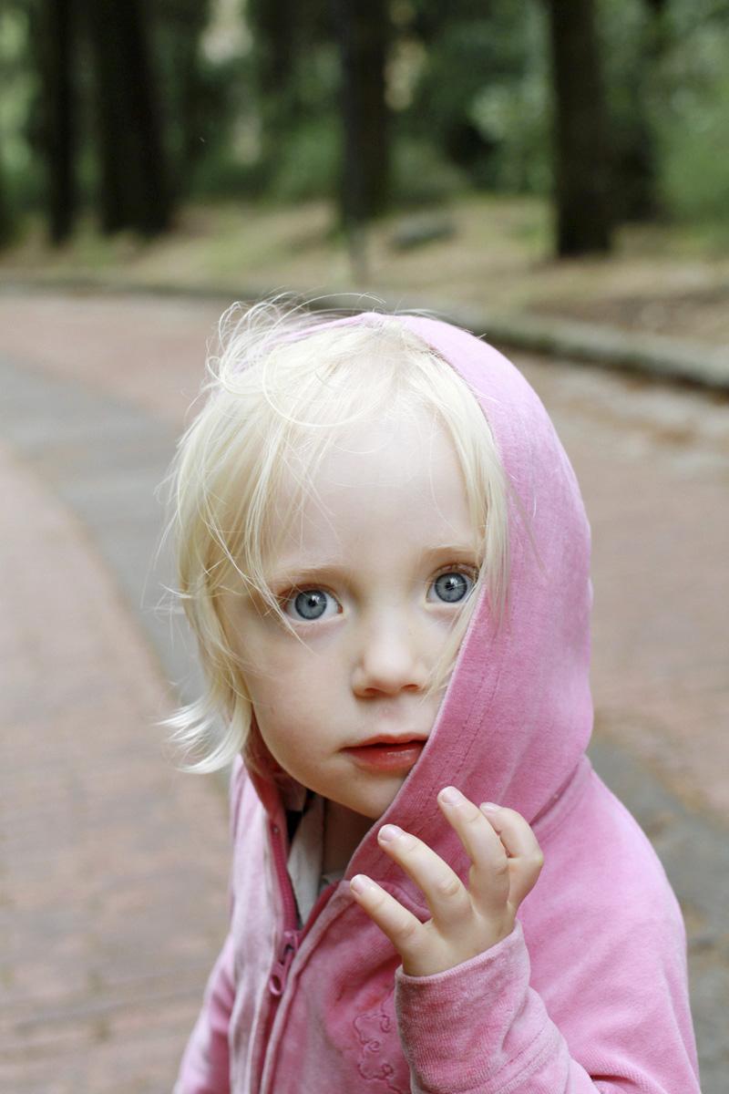 portrait petit enfant aux yeux bleus en extérieur