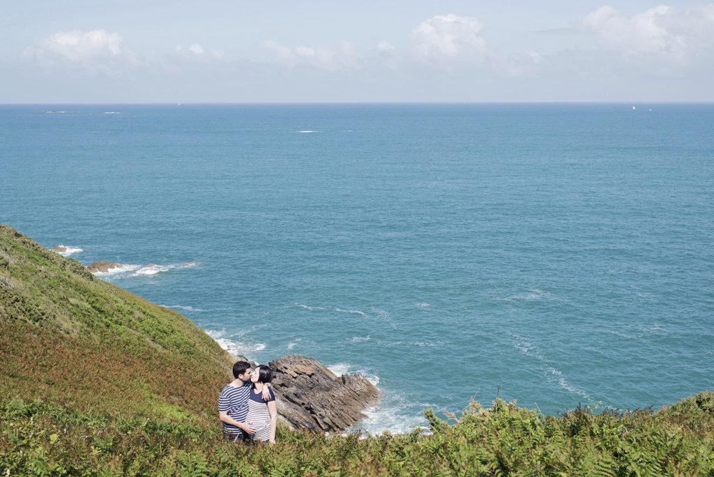 portrait de couple avec femme enceinte devant la mer