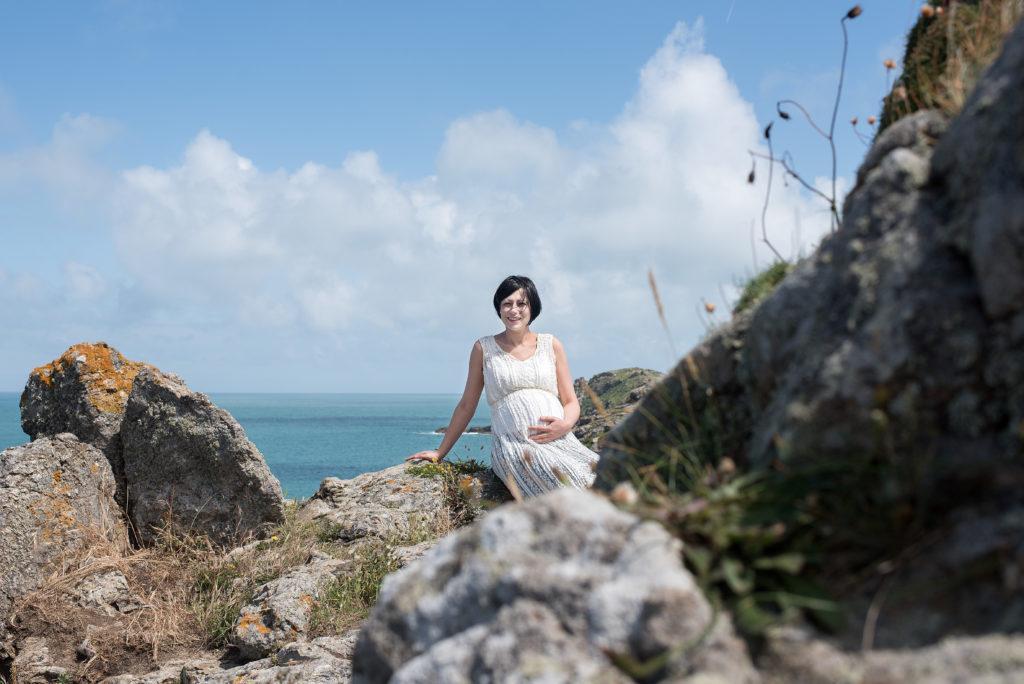femme enceinte posant devant la mer