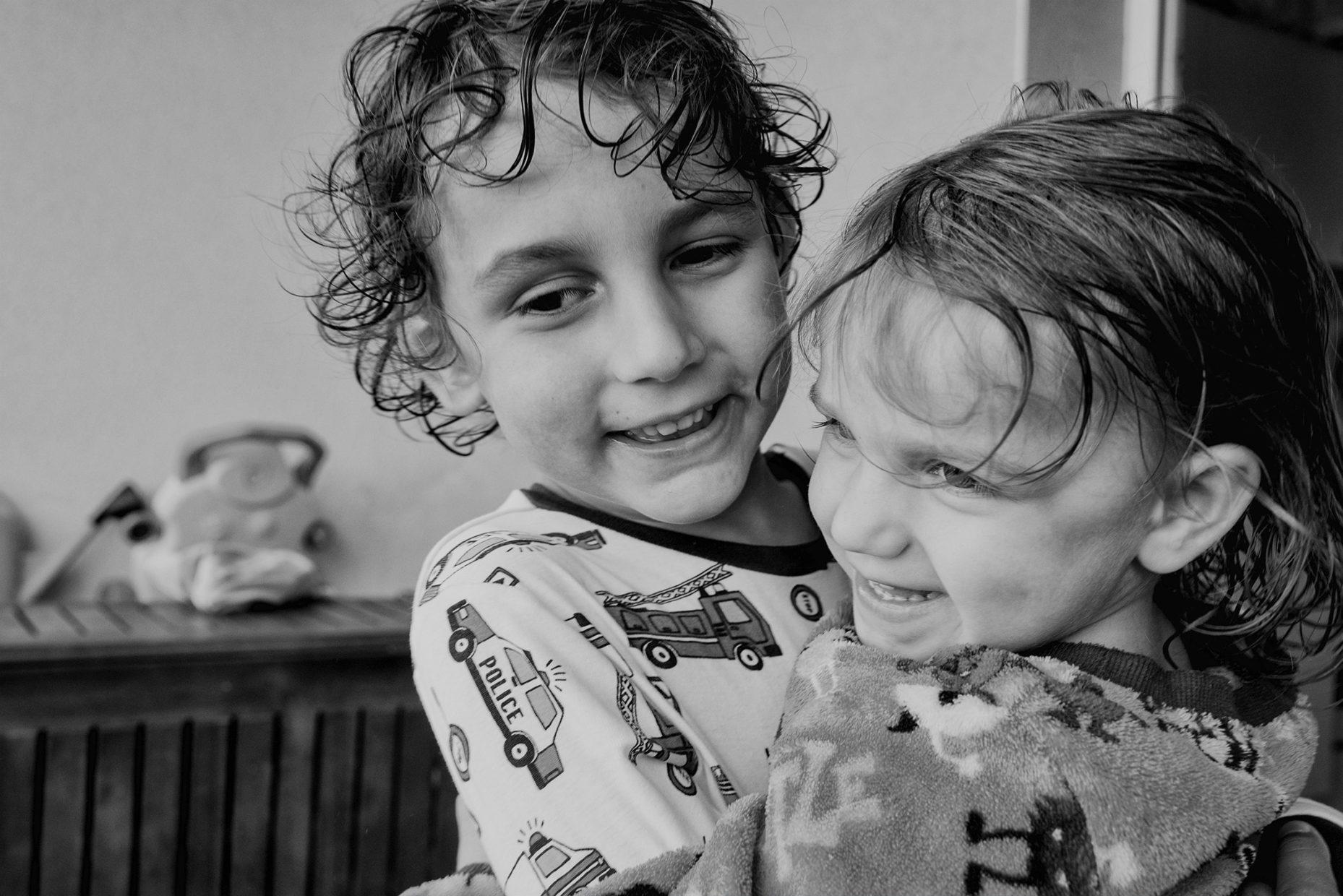 frère et sœur se faisant un câlin