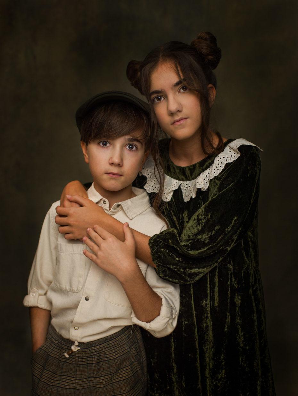 sœur et frère enlacés portrait studio