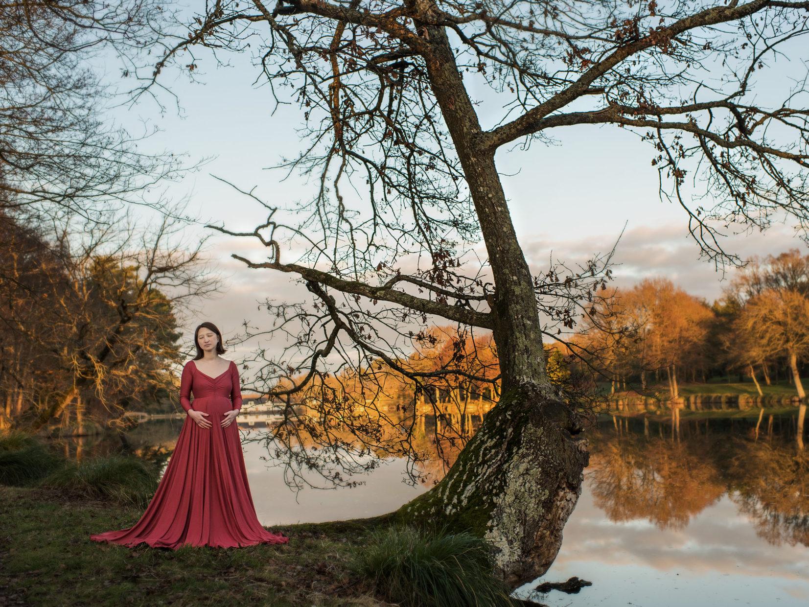 femme enceinte devant un lac